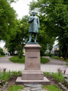 Runeberg on Porvoossa läsnä kaikkialla. Patsaan isästään teki Runebergin poika, kuvanveistäjä Walter Runeberg.